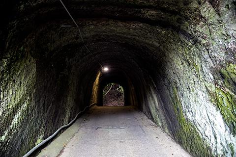 燈籠坂大師の切り通しトンネル01